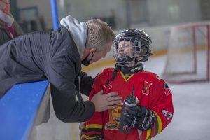 dorosły i dziecko na w trakcie meczu hokeja